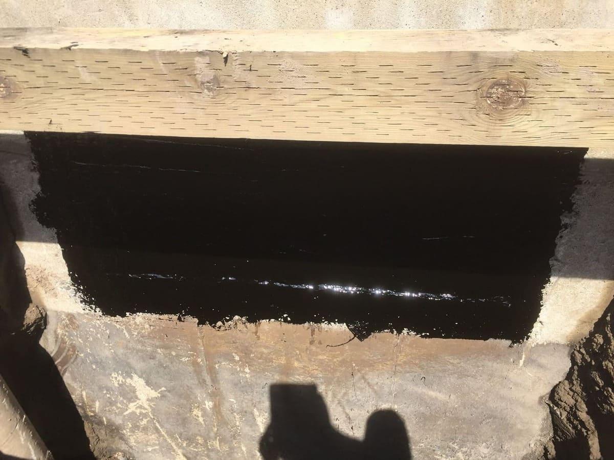 Fenêtre bouché avec du béton et scellé avec de la membrane élastomère liquide